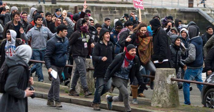 migrants-storm-towards-the-port-of-Calais
