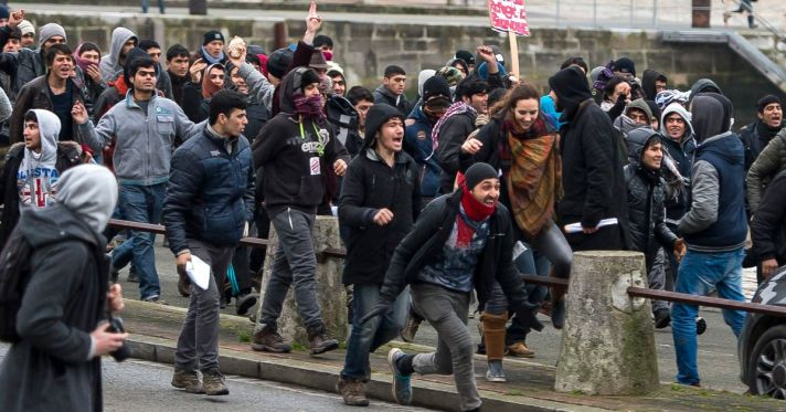 migrants-storm-towards-the-port-of-Calais